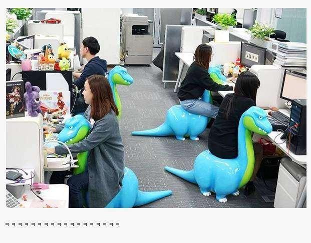 这样上班好疗癒!激萌「恐龙办公椅」网友一看就笑 点出「男女坐姿大不同」
